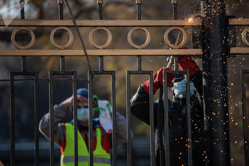 Забор вокруг него установили в годы президентства Аскара Акаева, на стыке двух тысячелетий