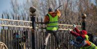 Работники муниципального предприятия Тазалык во время демонтажа ограждения вокруг здания Белого дома в Бишкеке