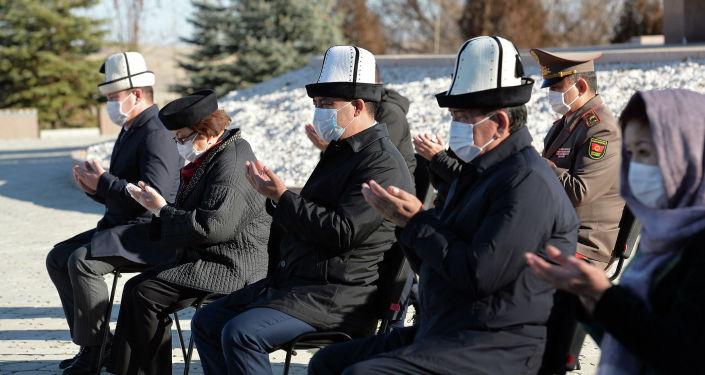 И.о. президента КР Садыр Жапаров и экс-президенты Сооронбай Жээнбеков и Роза Отунбаева во время поминальных мероприятий в мемориальном комплексе Ата-Бейит