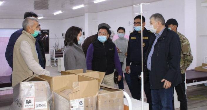 Вице-премьер-министр КР Эльвира Сурабалдиева ознакомилась с готовностью госпиталя Семетей к приему больных с COVID-19