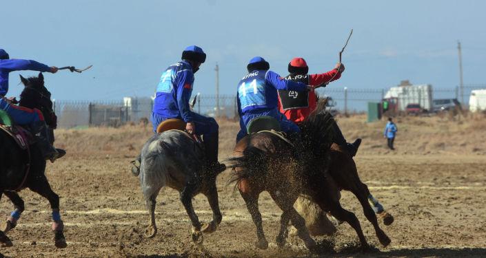 Участники финала кубка президента по кок-бору в первой лиге команда Мурас и Ала-Тоо в Чолпон-Ате
