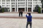 Горожане гуляют по территории Жогорку Кенеша в Бишкеке после демонтажа ограждения