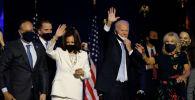 Кандидат в президенты США от Демократической партии Джо Байден с женой Джилл и кандидат в вице-президенты Камала Харрис с мужем Дуг