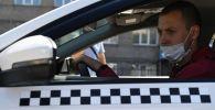 Водитель такси за рулем. Архивное фото