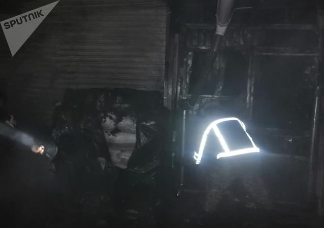 Сотрудники МЧС на месте крупного пожара на Орто-Сайском рынке в Бишкеке. 9 ноября 2020 года