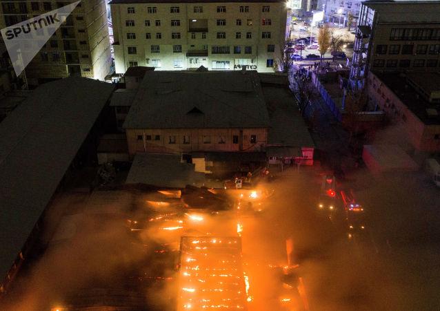 Вид с воздуха на крупный пожар на Орто-Сайском рынке в Бишкеке. 9 ноября 2020 года