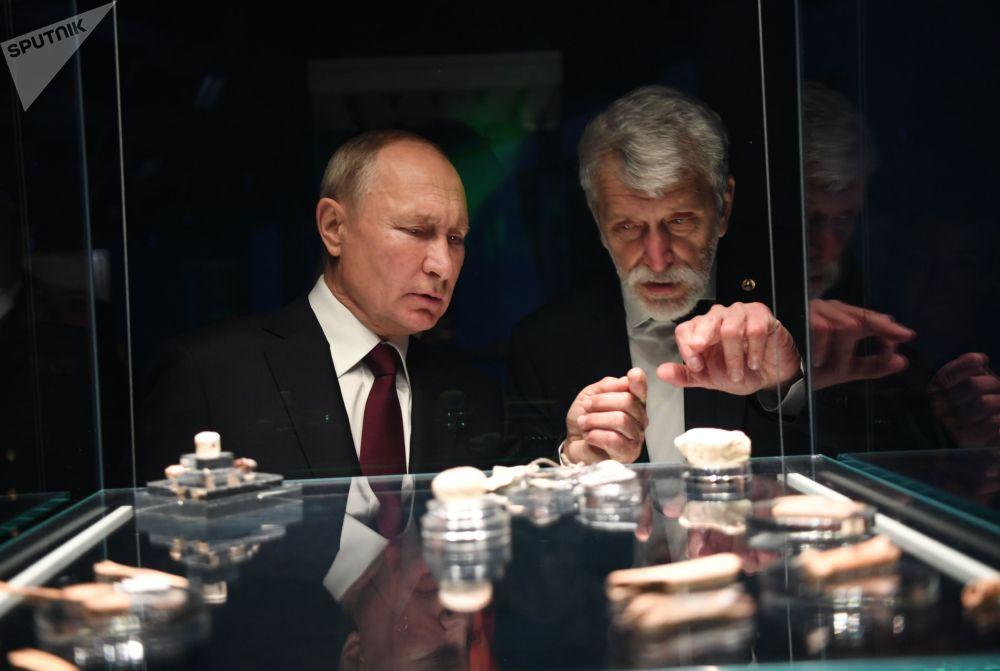 Владимир Путиндин Чудов монастырынын жаңы археологиялык музейге барган учуру. Экспозиция Кремлдин бузулган административдик имаратынын ордундагы жер астында жайгашкан.