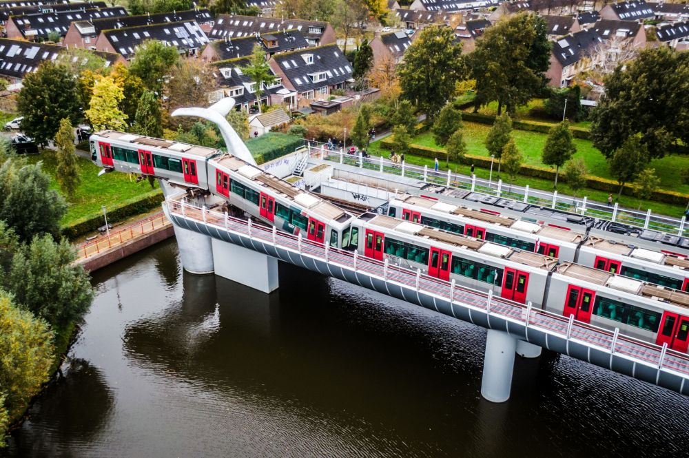 Голландиянын Спейкениссе шаарында жолдун аягындагы тосмого урунган метронун поездинин сууга түшүрбөй куткарып калган Киттин куйругу скульптурасы
