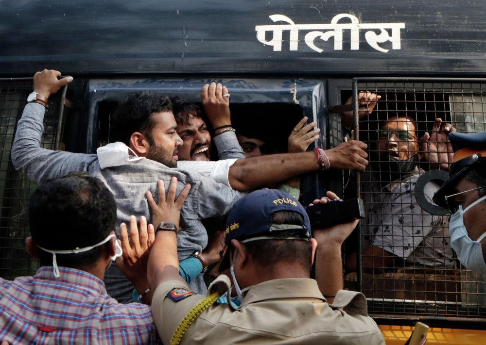 Полиция Мумбайда нааразычылык акциясына чыккан демонстранттарды кармап жатат