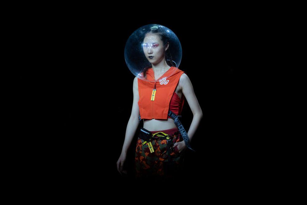 Пекиндеги (Кытай) мода жумалыгында дизайнер Лю Юндун жаңы коллекциядагы костюмун кийип турган модель