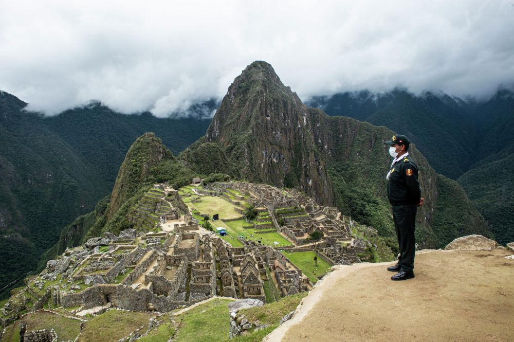Перунун Куско шаарындагы Мачу Пикчу археологиялык участкасында нөөмөттө турган туристтик полиция кызматкери