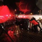 Тбилиси шаарында (Грузия) Борбордук шайлоо комиссиясынын алдында полиция парламенттик шайлоонун жыйынтыгына каршы болгон оппозициянын митингинин катышуучуларына карата суу менен атуучу техниканы колдонууда.