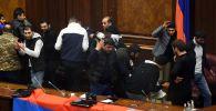 Участники акции протеста в одном из залов в здании парламента Армении в Ереване. Граждане Армении недовольны заявлением премьер-министра Никола Пашиняна о прекращении войны в Нагорном Карабахе и сдаче территорий.