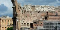Вид на Колизей (амфитеатр Флавиев) с Палатинского холма в Риме. Архивное фото