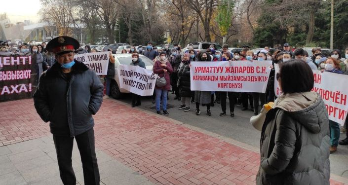 Митинг у Дома правительства в Бишкеке продавцов торгового центра Караван