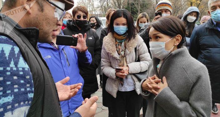 Вице-премьер-министр Эльвира Сурабалдиева во время встречи с митингующими продавцам торгового центра Караван у Дома правительства