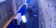 В одной из тюрем Бразилии заключенным удалось сбежать с помощью сделанного ими подкопа. Видео их побега попало на камеру видеонаблюдения.