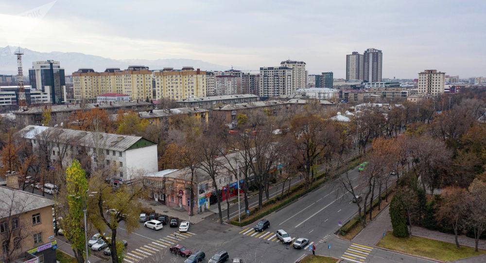 Вид на многоэтажные дома в так называемом золотом центре Бишкека