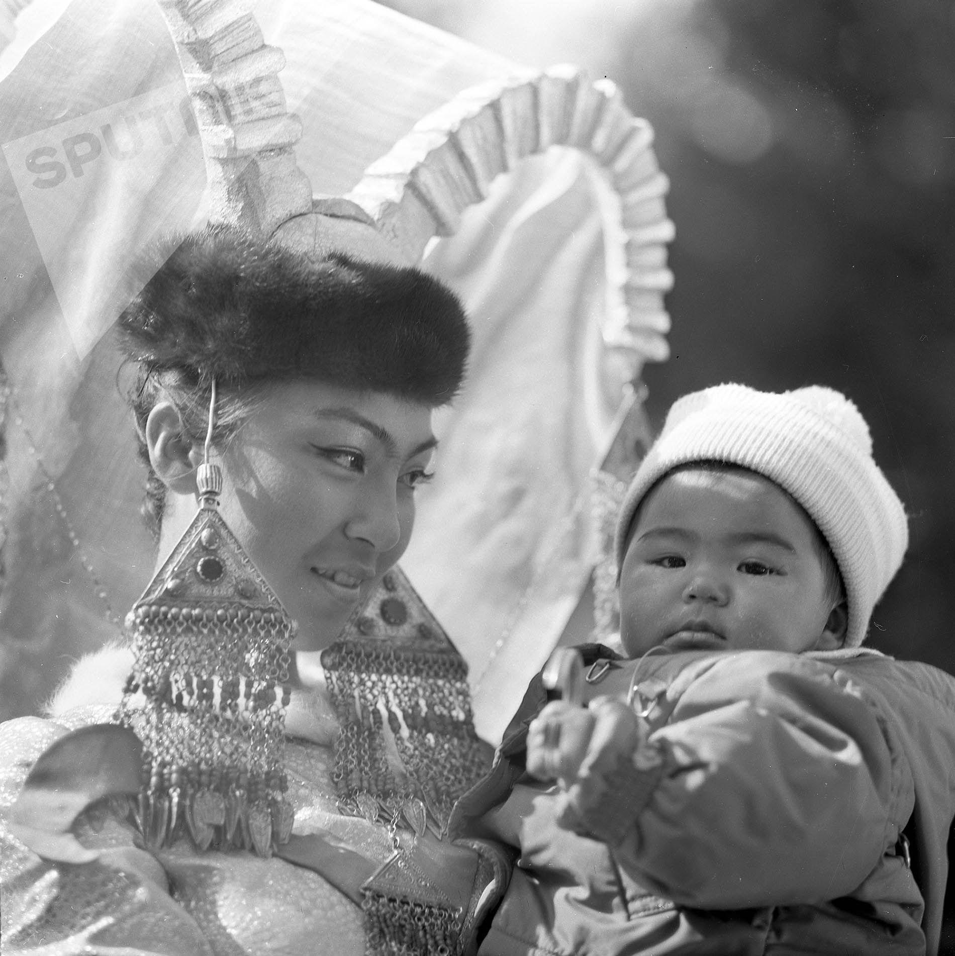 Актриса Айтурган Темирова со своей дочкой Суйутай на съемках фильма Белый пароход в ущелье Чон-Жаргылчак в 1974 году.