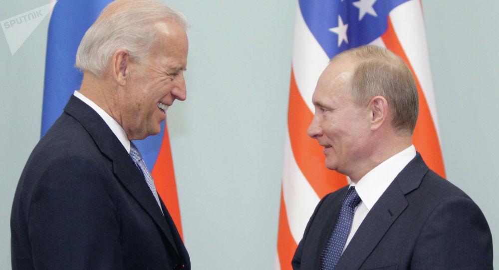 Россия президенти Владимир Путин жана АКШ президенттикке талапкер Жо Байден. Архив