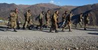 Военнослужащие на дороге в районе города Карвачар.