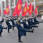 Кыргызстандын желегин көтөргөн Ардак кароол салттуу маршы менен бул иш-чараны коштоп келе жатат