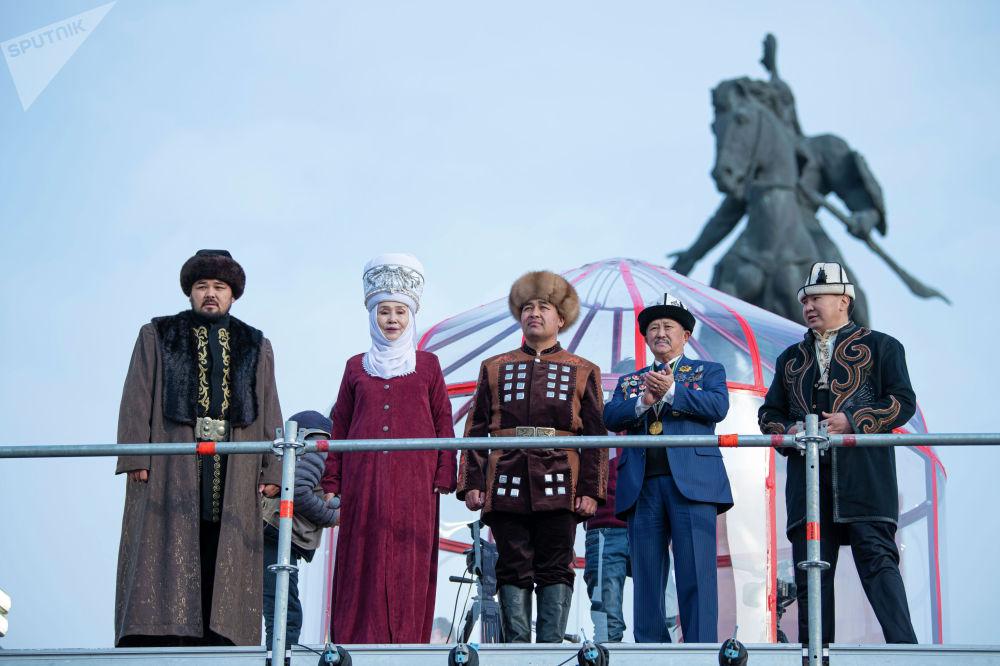 Дөөлөт Сыдыков атайын даярдалган манас айтуучу жайга чыкты. Анын жанында Кыргызстандын белгилүү инсандары, маданият кызматкерлери жана уюштуруу тобунун мүчөлөрү турат.