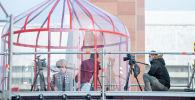 Манасчы Дөөлөт Сыдыков Ала-Тоо аянтында Гиннестин китебине кирүү максатындагы бир нече саатка пландалган Манас эпосун айтуу учурунда