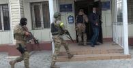 Государственный комитет национальной безопасности распространил видео задержания прокурора Аламудунского района С. Э. А. и его заместителя М. А. С.