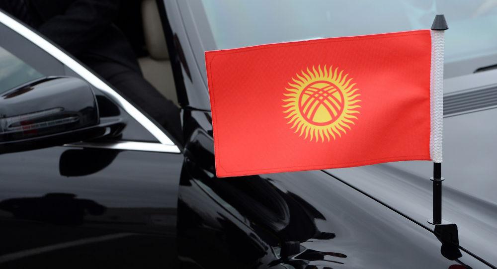 Кортеж унаасынадагы Кыргызстандын желеги. Архив
