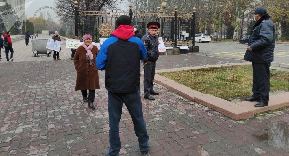 У здания Жогорку Кенеша мужчина угрожал публично совершить суицид