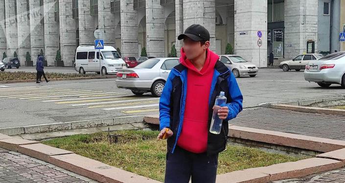 У здания Жогорку Кенеша мужчина угрожал публично совершить суицид.
