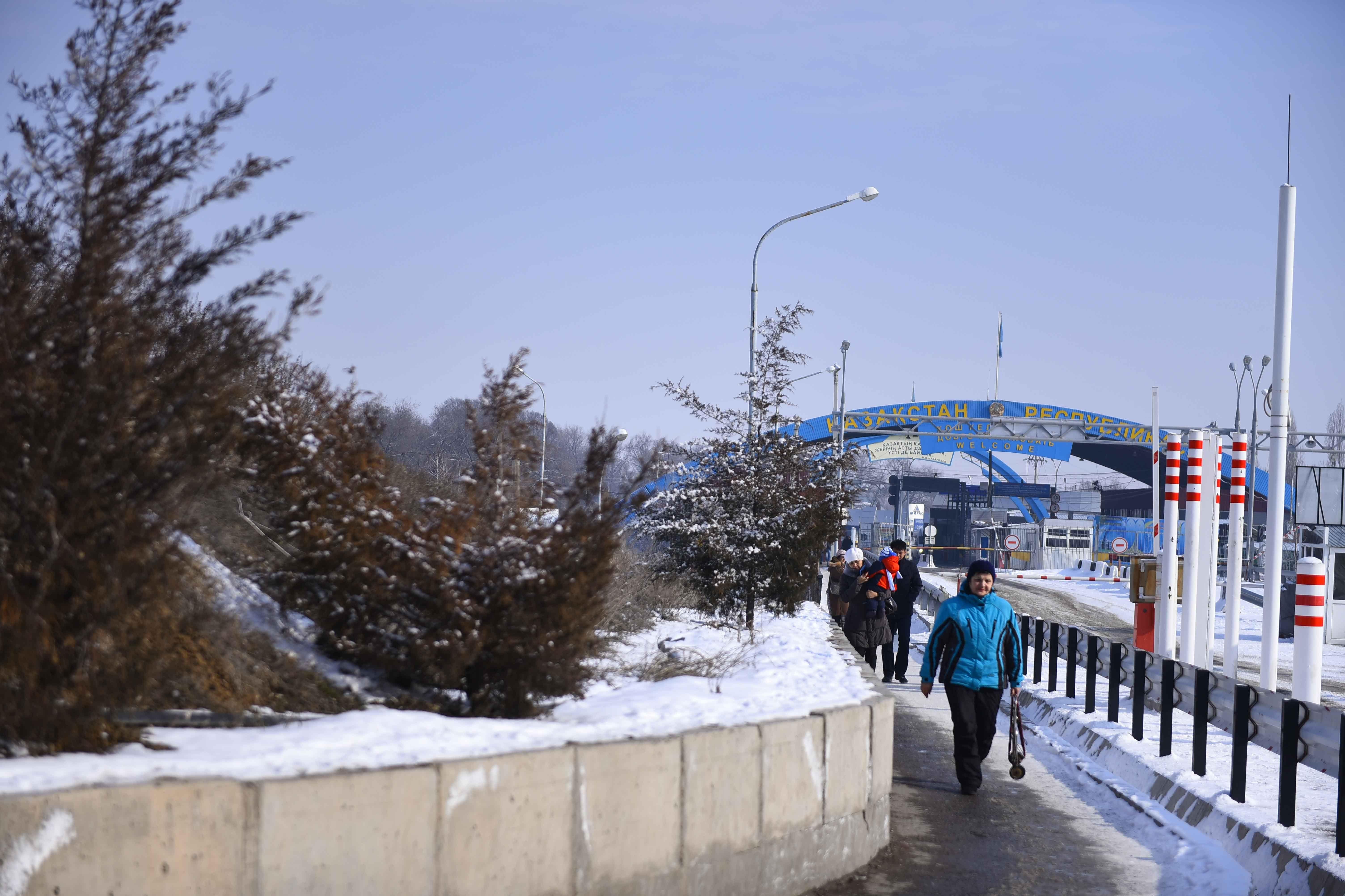 Люди на контрольно-пропускном пункте Ак-Жол на границе Кыргызстана и Казахстана.