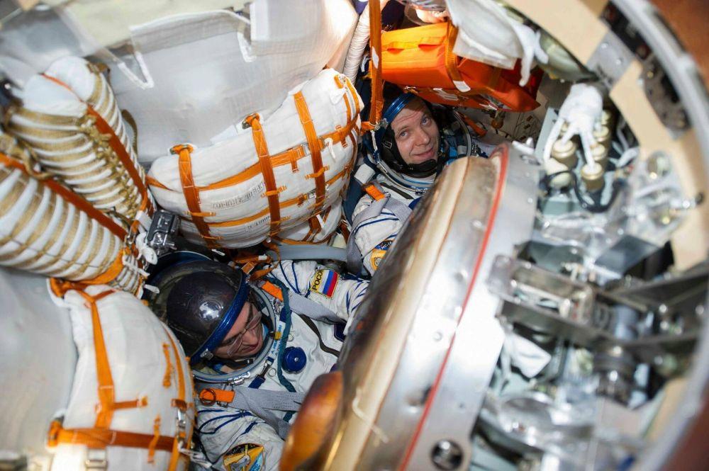 Космонавттар Анатолий Иванишин жана Иван Вагнер Эл аралык космос станциясында