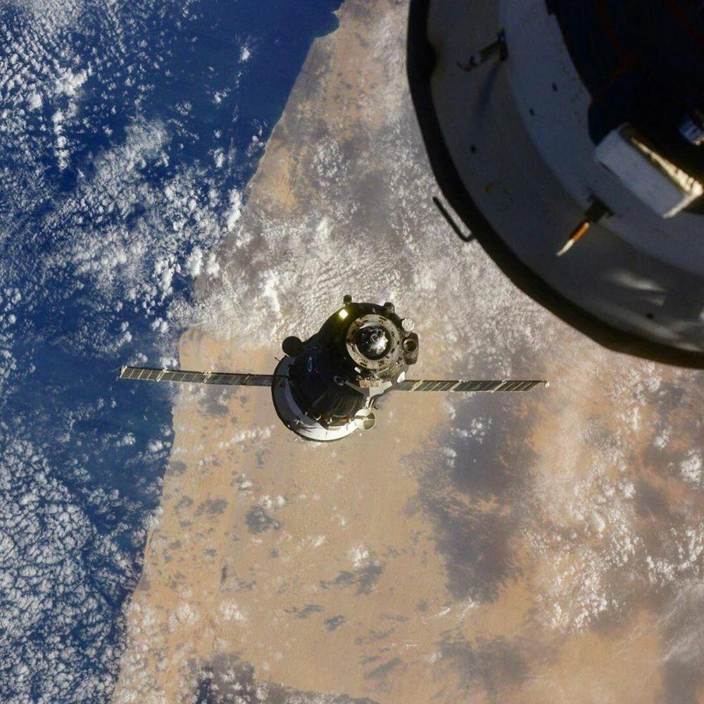 Союз МС-17 кемесинин Эл аралык космос станциясы менен туташкан көрүнүшү