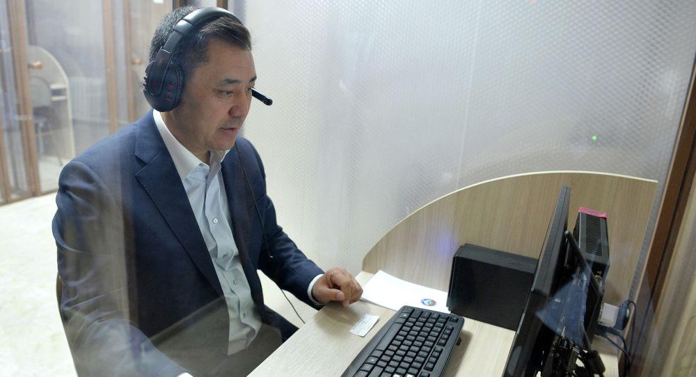 Президенттин милдетин аткаруучу, премьер-министр Садыр Жапаров Кыргызтест мекемесине барып, мамлекеттик тилди билүү деңгээлин аныктаган тестирлөөдөн өттү.