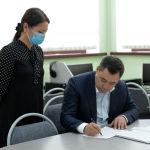 Мамлекеттик тилди билүү деңгээлин аныктаган тестирлөөдөн өтүп жаткан Жапаров