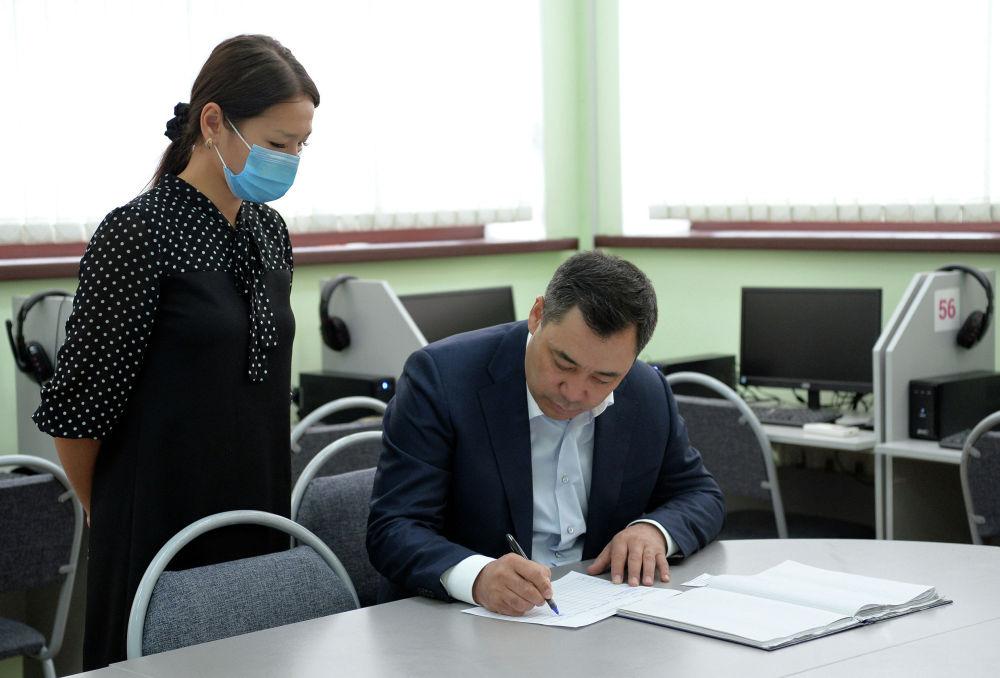 Исполняющий обязанности президента Кыргызской Республики, премьер-министр Садыр Жапаров сдал экзамен на знание государственного языка в государственном учреждении Кыргызтест. 13 ноября 2020 года