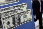 Изображение долларов США на вывеске обменного бюро. Архивное фото