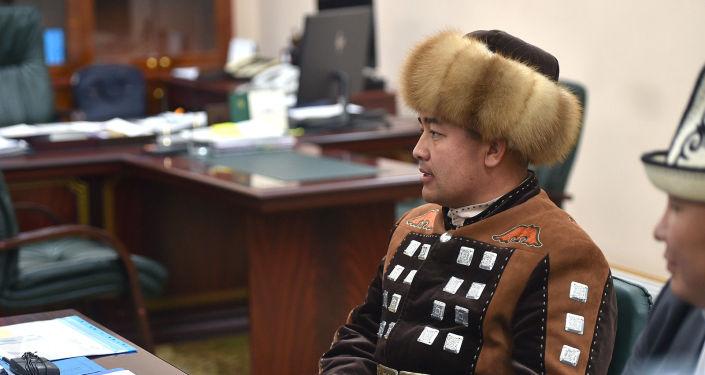 Манасчи Доолот Сыдыков во время встречи с исполняющим обязанности президента, премьер-министром Кыргызстана Садыром Жапаровым