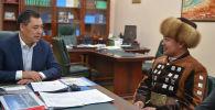 Исполняющий обязанности президента, премьер-министр Кыргызстана Садыр Жапаров во время встречи с манасчи Доолотом Сыдыковым