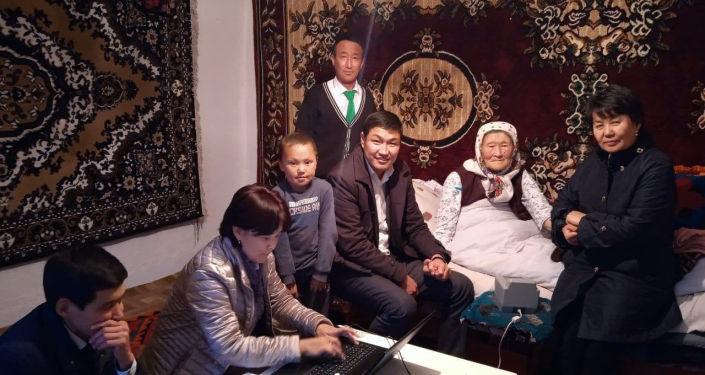Нарын облусунун Кочкор районунда калкты тейлөө борбору ачылып, алгачкы кызматын 104 жаштагы кемпирге көрсөттү