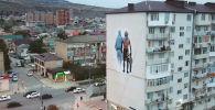 В дагестанском городе Дербент появилось большое граффити, на котором изображены чемпион UFC Хабиб Нурмагомедов и его отец и тренер Абдулманап Нурмагомедов.