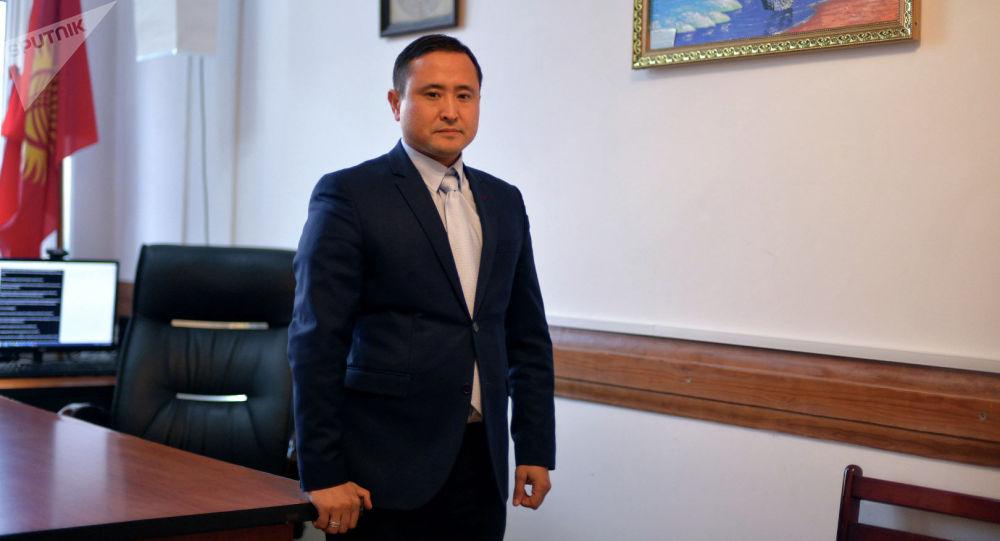 Судья в Бишкекском городском суде Азизбек Досмамбетов в рабочем кабинете