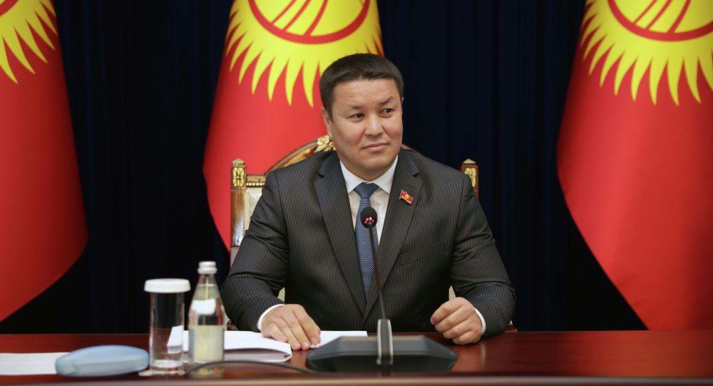 Новоизбранный спикер Жогорку Кенеша Талант Мамытов во время заседания ЖК