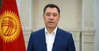 Садыр Жапаров коомчулукка кайрылуу жасап, президенттик ыйгарым укуктарын өткөрүп, премьер-министрлик укуктарын токтотконун айтты.
