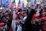 Сторонники президента США Дональда Трампа участвуют в акции протеста Остановить воровство после того, как президентские выборы в США в 2020 году были объявлены кандидатом от Демократической партии Джо Байденом в Вашингтоне. США, 14 ноября 2020 года