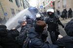 Германиянын Франкфурт шаарынын полициясы COVID-19 илдетине карата карантиндик чектөөлөргө каршы чыккан митингчилерди суу бүркүүчү техника менен атууда