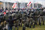 Сотрудники правоохранительных органов и участники несанкционированной акции в Минске