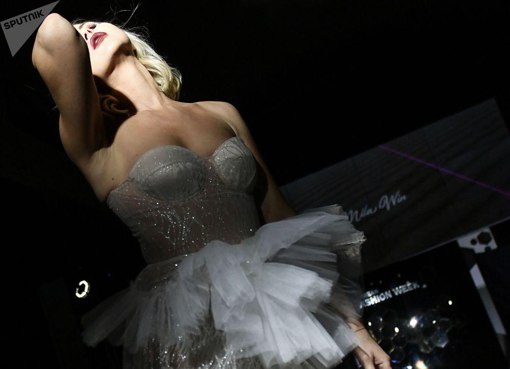 Модель Mila Win брендинин коллекцияларын Крымдагы мода жумалыгында элге алып чыгып көрсөтүүдө